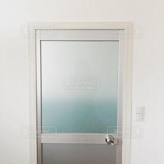 シンプルなバスルームのドアの写真・画像素材[4769714]