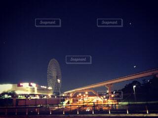 歩道橋から見た高速道路、夜景、モノレールの線路の写真・画像素材[4769720]