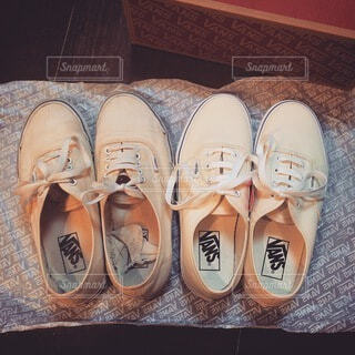 横に並んだ古い靴と新しい靴の写真・画像素材[4769736]