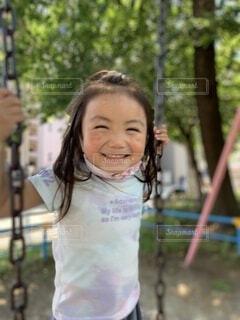 ブランコに乗れて喜ぶ女の子の写真・画像素材[4770522]
