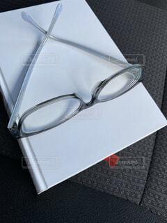 テーブルの上のメガネの写真・画像素材[4769582]