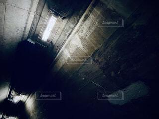 暗い部屋にいる人の写真・画像素材[4772328]