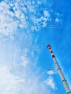 曇った青空を飛んでいる戦闘機の写真・画像素材[4772335]
