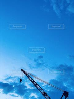 橋の上を飛んでいるクレーンの写真・画像素材[4772342]