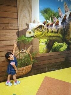 恐竜に餌をやる娘の写真・画像素材[4769699]