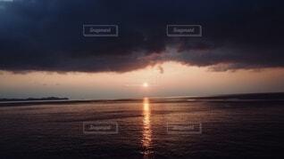 海に沈む夕日の写真・画像素材[4771215]