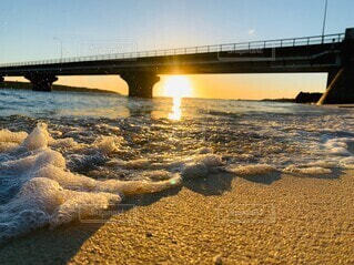 綺麗な波にサンセットの写真・画像素材[4776499]