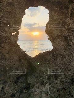 珊瑚礁から見た太陽の写真・画像素材[4776509]