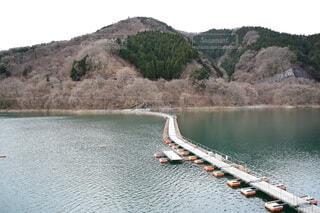 湖の上の浮橋の写真・画像素材[4770322]