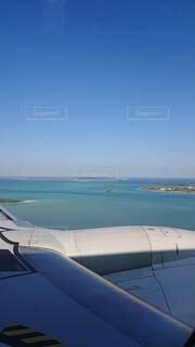 水の体の上に座っている飛行機の写真・画像素材[4769974]