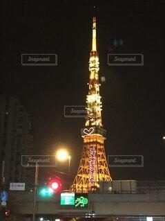 夜に東京タワーを背景にライトアップされた街の写真・画像素材[4770009]