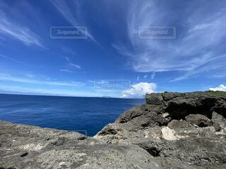 水の体の隣にある岩場の写真・画像素材[4770028]