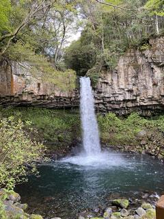 山の中の滝の写真・画像素材[4770189]