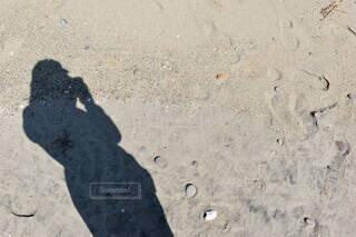 砂の中を歩いている人の写真・画像素材[4770693]