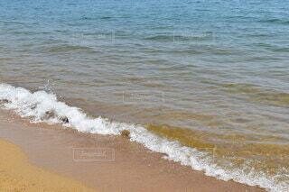 砂浜の上に立っている人の写真・画像素材[4770690]