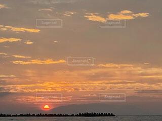 雲に沈む夕陽の写真・画像素材[4770826]