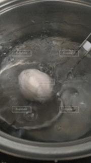 沸騰したお湯に卵の写真・画像素材[4772015]