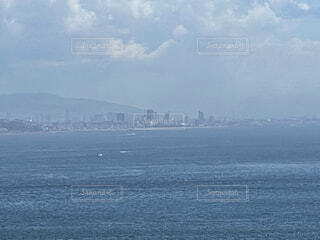 ある島からの対岸の街の写真・画像素材[4771589]