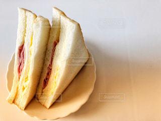 テーブルの上に座るサンドイッチの写真・画像素材[2092942]