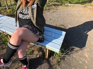 ベンチに座っている女性の写真・画像素材[2114309]