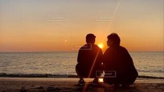 陽を観る夫、それ見る妻の写真・画像素材[4771539]