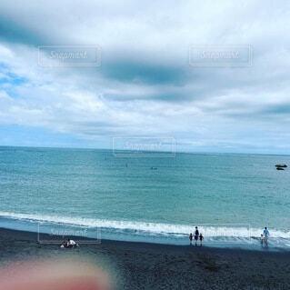 海の隣のビーチで人々のグループの写真・画像素材[4771790]