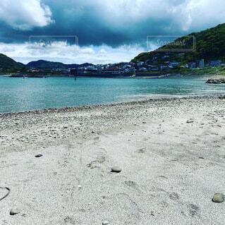 水域の隣の砂浜の写真・画像素材[4771840]
