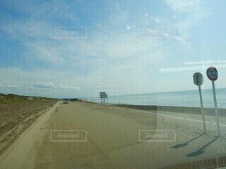 道路の脇に停まっている飛行機の写真・画像素材[4772355]