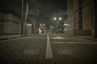 深夜の裏路地の写真・画像素材[4903133]