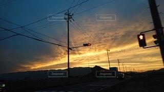 曇りの日に掛かっている停止灯の写真・画像素材[4784461]