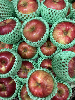 たくさんのフレッシュな赤い林檎の写真・画像素材[4805410]