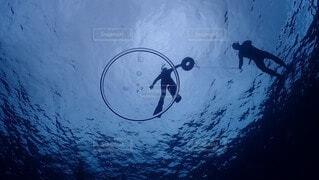 海に潜っている人の写真・画像素材[4798366]
