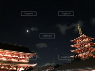 ライトアップされた夜の寺の写真・画像素材[4787054]