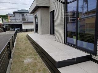 タイルデッキと芝生と家の写真・画像素材[4788189]