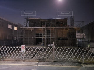 建築中の家(夜)の写真・画像素材[4788242]