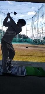 ゴルフスイング練習(打ちっぱなし)の写真・画像素材[4788265]