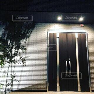 ライトアップされた玄関の写真・画像素材[4788872]