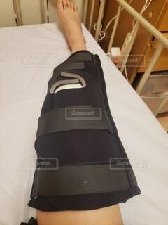 手術後の膝のギブス固定の写真・画像素材[4875491]