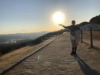 夕日を手に乗せている様な写真の写真・画像素材[4875169]
