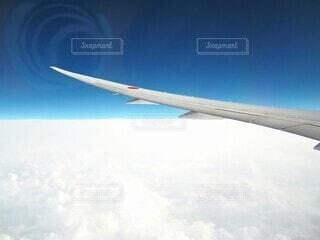 雲の上をすべるように進む旅客機の写真・画像素材[4817043]