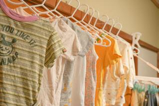 和室で子供服の部屋干しの写真・画像素材[4804047]