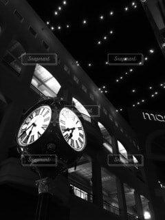 夜にライトアップされた時計塔の写真・画像素材[4814908]