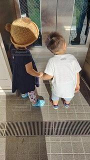 仲良く、エレベーター待ちの写真・画像素材[4806919]