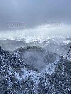 雪に覆われた山をスキーに乗っている男の写真・画像素材[4797391]