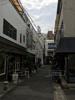 車で狭い街は建物の脇に駐車の写真・画像素材[1512176]
