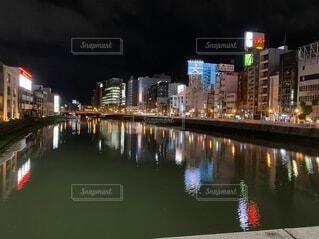 水面に映る夜の都市の写真・画像素材[4810769]