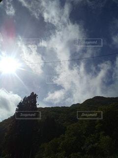 空と太陽と森の写真・画像素材[4953070]