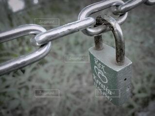 金属鎖と南京錠の写真・画像素材[4816448]