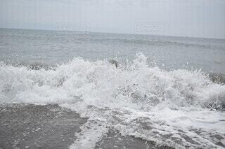 水の体の上に波に乗っている人の写真・画像素材[4811660]