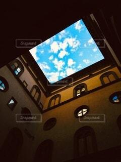 イタリアの路地から見上げる空の写真・画像素材[4840816]